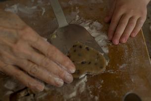 クッキーを作る祖母と孫娘の手元の写真素材 [FYI03953709]