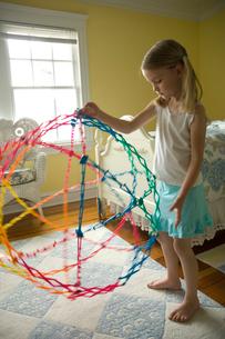 おもちゃで遊ぶ少女の写真素材 [FYI03953739]
