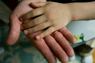重ね合わせた祖父と孫息子の手のひらの写真素材 [FYI03953787]