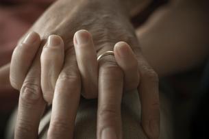 手を握り合うシニアカップルの手元の写真素材 [FYI03953795]