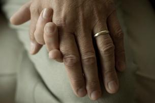 手を握り合うシニアカップルの手元の写真素材 [FYI03953796]