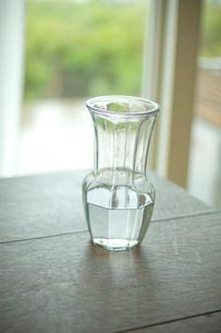 テーブルに置かれた水差しの写真素材 [FYI03953805]