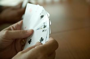 トランプで遊ぶ手元の写真素材 [FYI03953818]