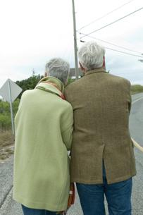 道を歩くシニアカップルの後ろ姿の写真素材 [FYI03953829]