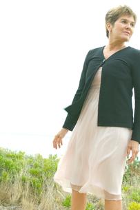 草原に立つシニア女性の写真素材 [FYI03953831]