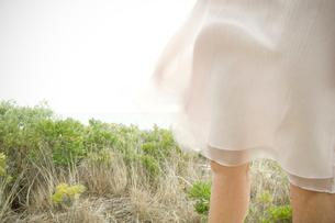 風になびくスカートの裾の写真素材 [FYI03953832]