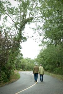 道を歩くシニアカップルの後ろ姿の写真素材 [FYI03953833]