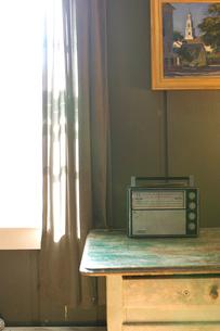 窓際のテーブルに置かれた古いラジオの写真素材 [FYI03953901]