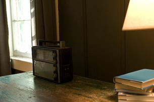 窓際のテーブルに置かれた古いラジオの写真素材 [FYI03953902]
