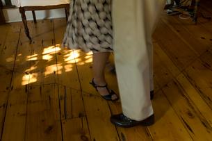 居間でダンスをするシニアカップルの足元の写真素材 [FYI03953907]