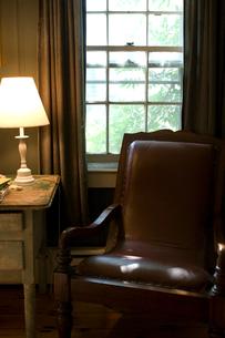 窓際の椅子とランプの写真素材 [FYI03953910]
