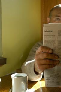 新聞を読むシニア男性の写真素材 [FYI03953918]