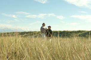草原で談笑するシニアカップルの写真素材 [FYI03953926]