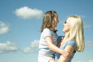 娘を抱上げる母親の写真素材 [FYI03953958]
