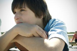 フットボールを抱える少年の写真素材 [FYI03953987]