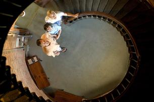 螺旋階段の下から上を見る家族3人の写真素材 [FYI03953997]