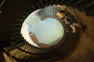 螺旋階段を下る家族3人の写真素材 [FYI03953998]
