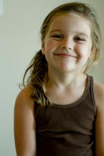 微笑む少女の写真素材 [FYI03954030]