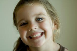 微笑む少女の写真素材 [FYI03954031]