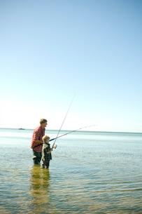海釣りをする父と息子の写真素材 [FYI03954043]