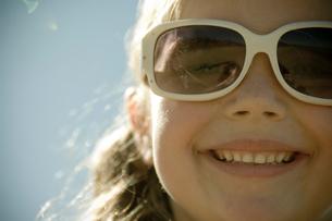 サングラスをかけた少女の写真素材 [FYI03954057]