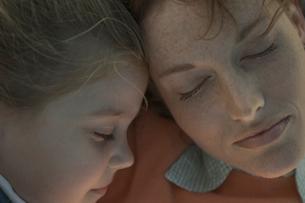 母と娘の寝顔の写真素材 [FYI03954091]