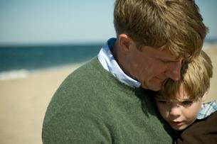 父親の胸に抱かれる少年の写真素材 [FYI03954095]