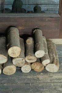 窓際に積まれた薪の写真素材 [FYI03954199]