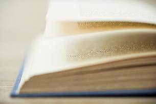 開かれた本の写真素材 [FYI03954204]