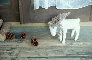 床に置かれた羊の置物の写真素材 [FYI03954212]