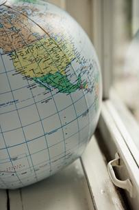 窓際に置かれた地球儀ボール北米の写真素材 [FYI03954214]