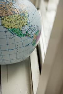 窓際に置かれた地球儀ボール北米の写真素材 [FYI03954215]