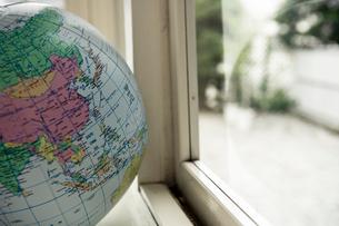 窓際に置かれた地球儀ボール日本の写真素材 [FYI03954217]
