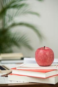本の上に置かれたリンゴの写真素材 [FYI03954219]