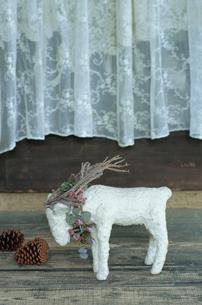 床に置かれた羊の置物の写真素材 [FYI03954221]
