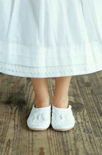 白いスリッパを履いた少女の足元の写真素材 [FYI03954222]