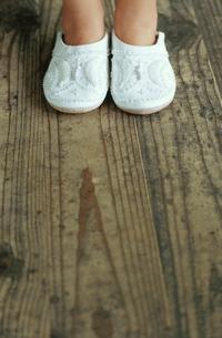 白いスリッパを履いた少女の足元の写真素材 [FYI03954226]