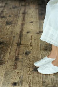 白いスリッパを履いた少女の足元の写真素材 [FYI03954227]