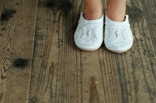 白いスリッパを履いた少女の足元の写真素材 [FYI03954228]