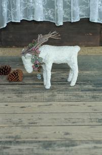 床に置かれた羊の置物の写真素材 [FYI03954229]