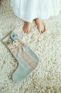 少女の足元と大きな靴下の写真素材 [FYI03954232]