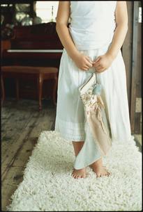 大きな靴下を持った少女の写真素材 [FYI03954233]