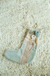 敷物の上にのった靴下の写真素材 [FYI03954234]