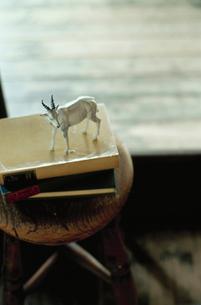本の上に置かれたヤギの置物の写真素材 [FYI03954236]
