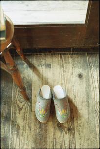床に置かれた木製のスリッパの写真素材 [FYI03954237]