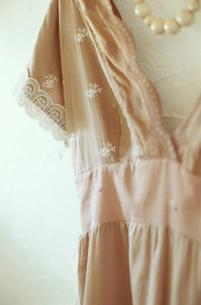 壁にかかったドレスとネックレスの写真素材 [FYI03954243]