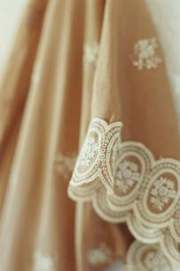 壁にかかったドレスの袖の写真素材 [FYI03954245]