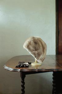 テーブルに置かれた帽子と手袋の写真素材 [FYI03954247]