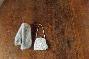 テーブルに置かれたマフラーとバッグの写真素材 [FYI03954251]