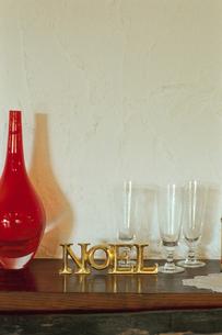 暖炉の上に飾られた花瓶と置物の写真素材 [FYI03954268]